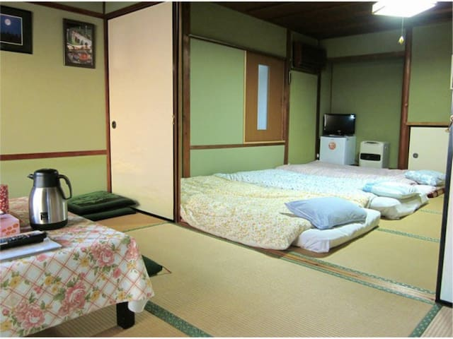 Japanese Style Room(5 pax) + Sightseeing! 5 mins walk from Shimoichiguchi Station. 下市口駅から徒歩5分で便利!