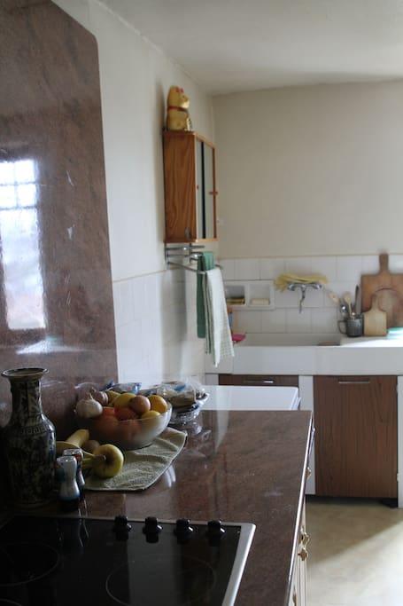 Plaques de cuisson et évier de cuisine / Stove and sink in kitchen