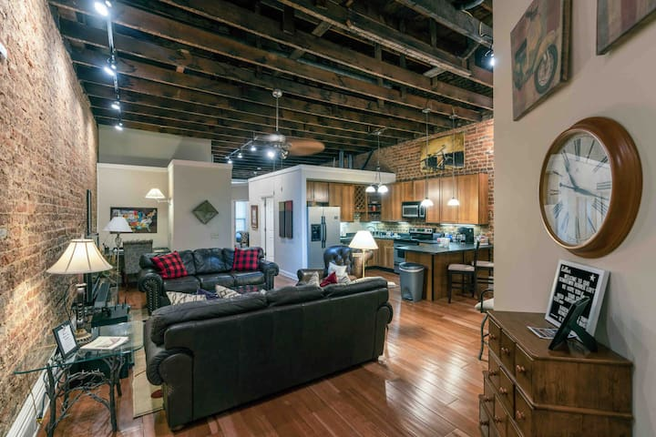 Bordertown 2BR Lux King Bed Downtown-Stylish LOFT