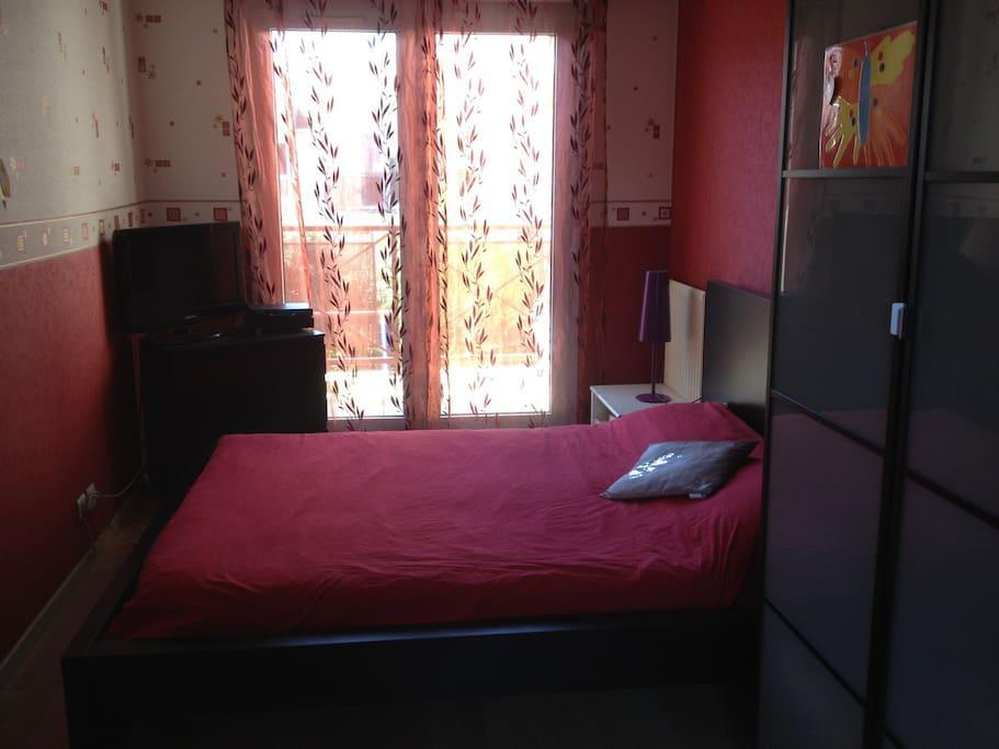 Suite parentale (chambre + salle de bain avec baignoire), située à l'étage