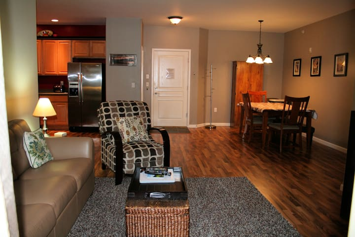 Beautiful Top Floor Condo w/ Cozy Private Hot Tub - Anchorage