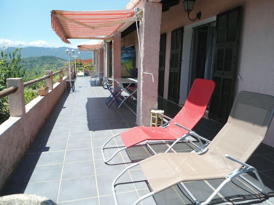 Terrasse avec vue panoramique sur mer et montagnes de 65m² dont 35m² pour le gîte