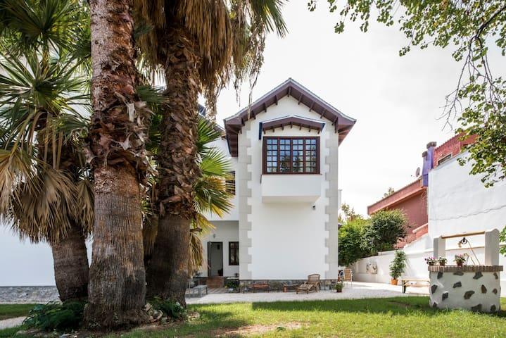 Indep. charming room in villa (beach 3min/city 12)