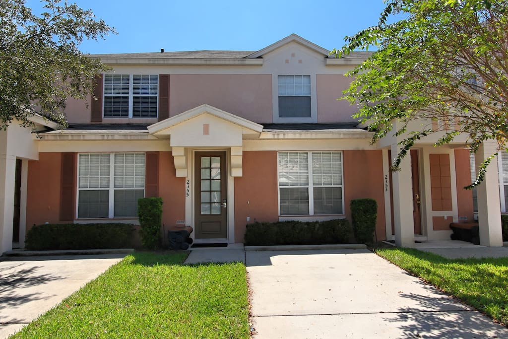 This delightful vacation town home sits in the popular Windsor Palms resort and is the perfect location for your next family vacation to the theme parks and attractions of Orlando.