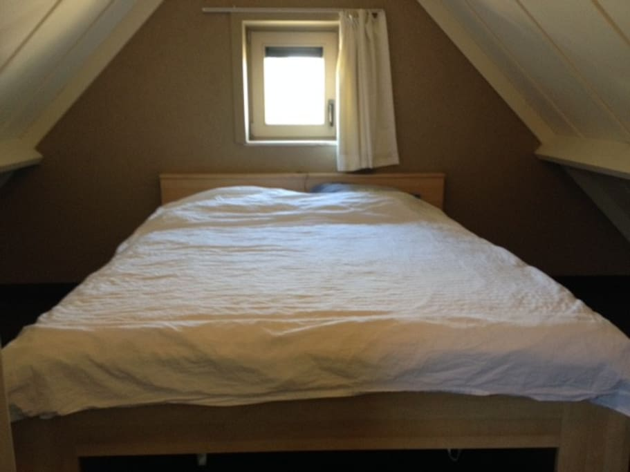 Bedroom upstairs : 1 double bed 1m60 bed linen and towels are not included