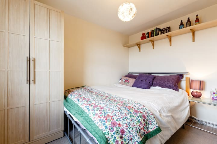 Lovely room in convenient location - Swindon - Apartament