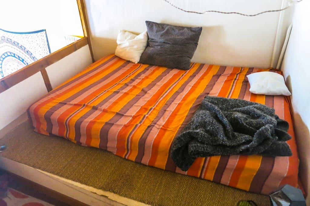 Le lit double de la mezzanine