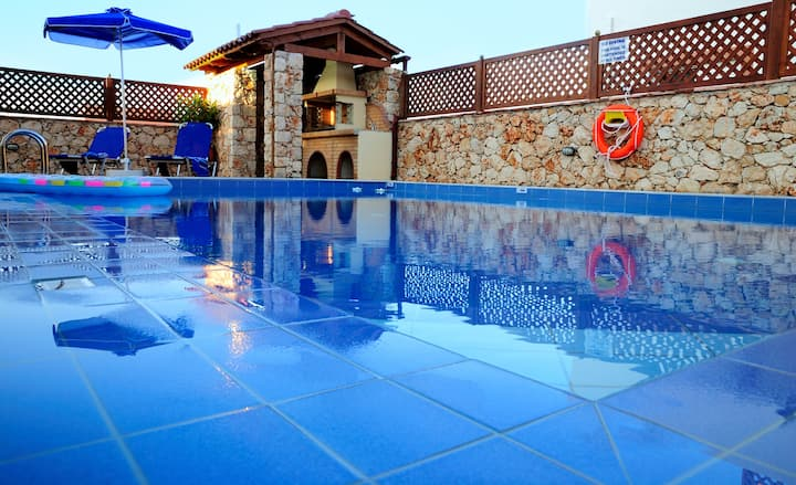 luxury villa στον αποκορωνα στης καλυβες με θεα