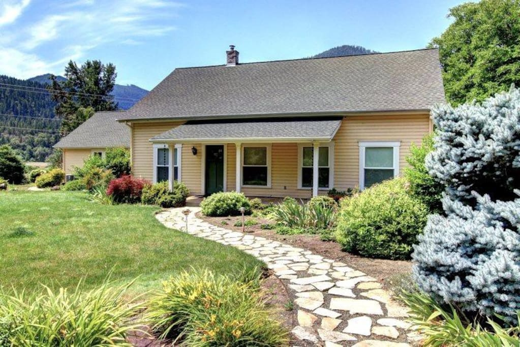 Applegate river country house houses for rent in for Applegate house