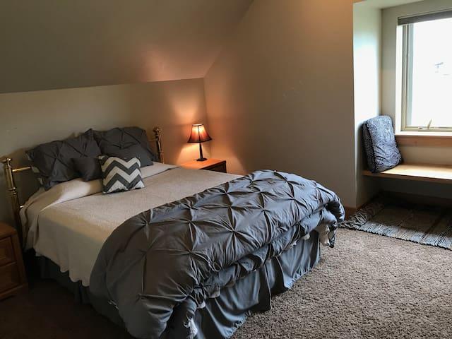 Van Dyke Acres: 2nd fl loft - lg bed/bath + fam rm
