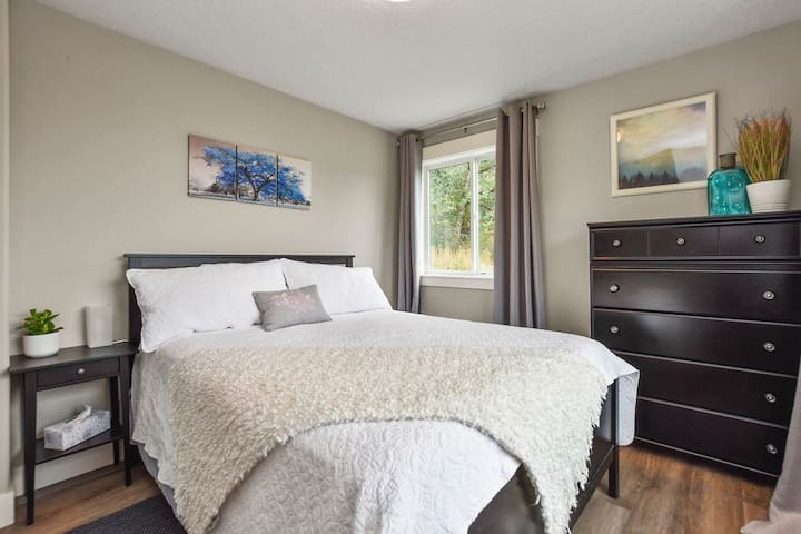 Sleep in the beautiful Blue Room with queen-size bed and TWO direction views, overlooking the Columbia River Valley.