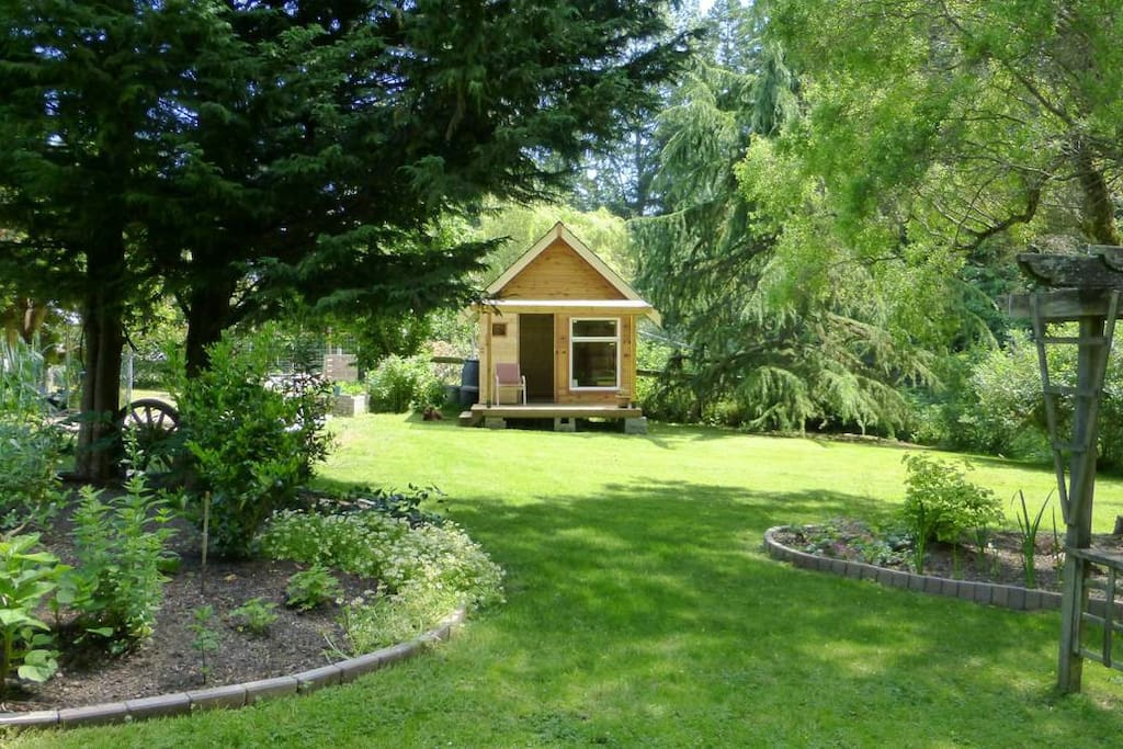 A tiny house on a tiny farm cabins for rent in victoria for Cabine in affitto a victoria bc
