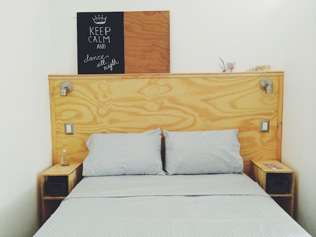 Queen size bed. Private bathroom with hot water. Shampoo, mosquito repellent, candles, incense to make your stay more comfortable.