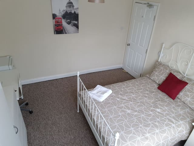 Spacious double room. 1 mile to Luton Airport