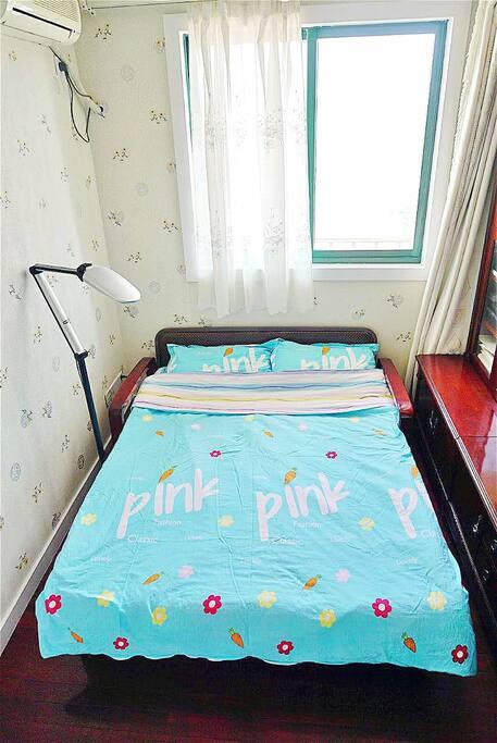 1.5米的双人沙发床,配有床垫,蚕丝被和全棉床上用品