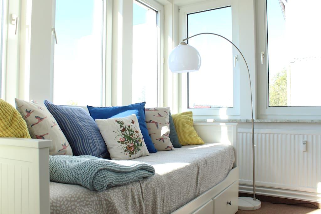 Wintergarten, Sofa kann zu einem 160x200 Bett ausgezogen werden
