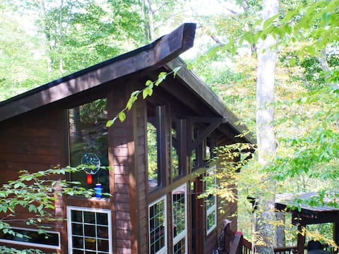 Seclusion, Chalet with treehouse and KOI pond! NEW