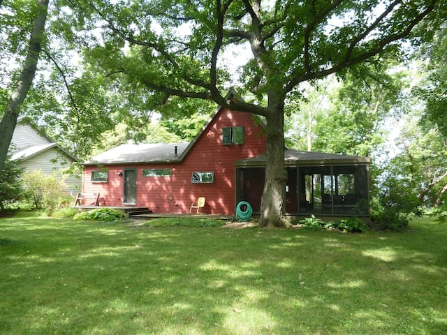 Red Cottage on Lake Winnebago - Malone - House