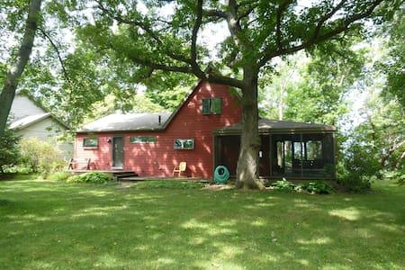 Red Cottage on Lake Winnebago - Malone