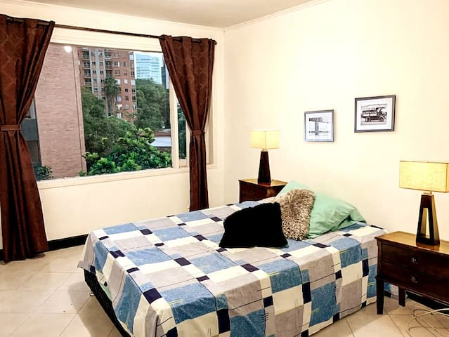 Room w/ coworking space 7 minutes from Lleras park