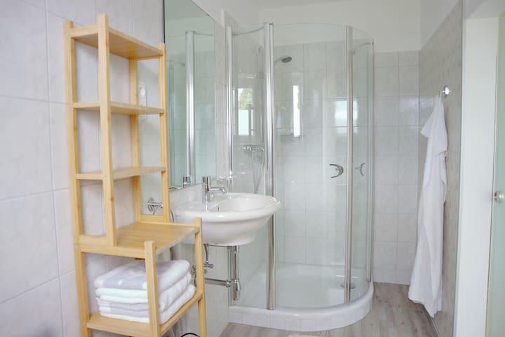 Badzimmer - mit übergroßer Dusche