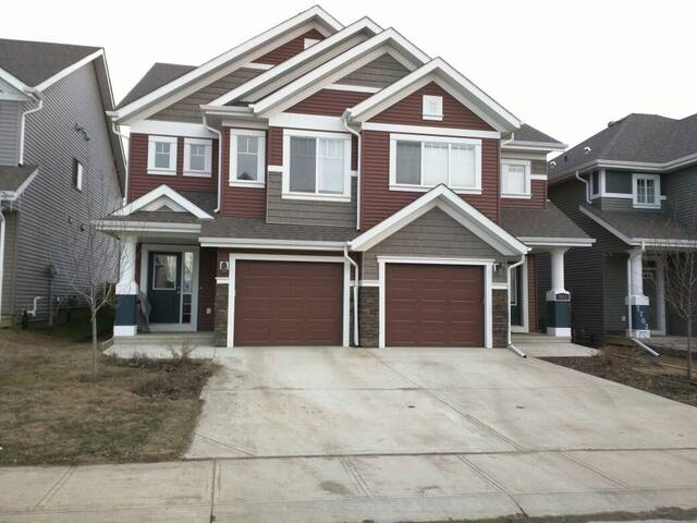 LUXURY HOME IN BEAUTIFUL SUMMERSIDE - Edmonton - Casa
