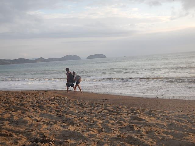Salida directa a la playa, te invitamos a caminarla y disfrutar de los bellos atardecer
