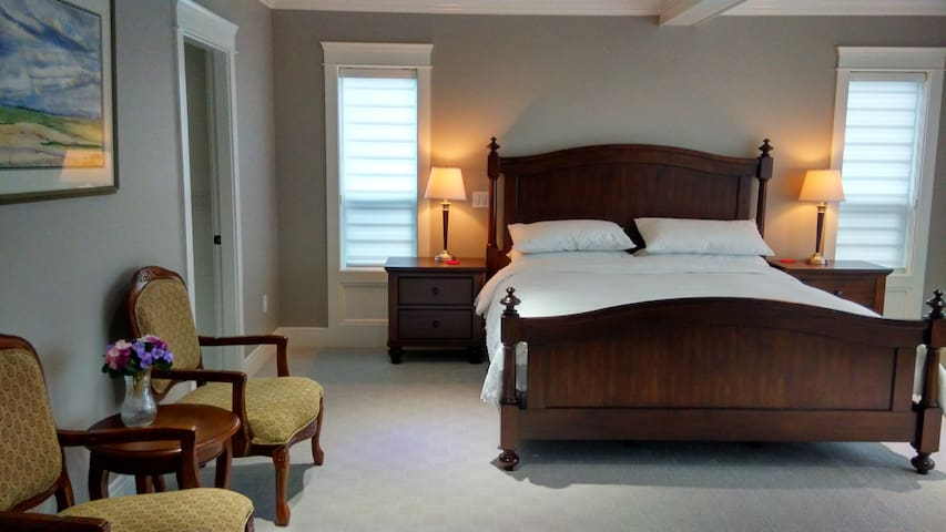 luxurious master bedroom - White Rock - Bed & Breakfast