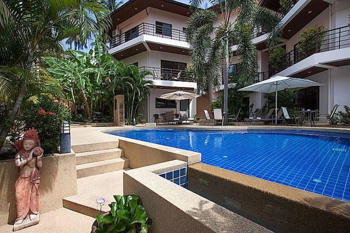 Ground floor 1-bedroom apartment w/pool near beach