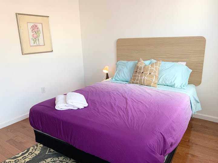 Spacious queen room w/natural lights, New house.