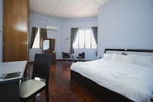 Our spacious master Ensuite Room comprises of 1 king size bed complete with a bedside table. 大床独立卫浴已经可以另加小床