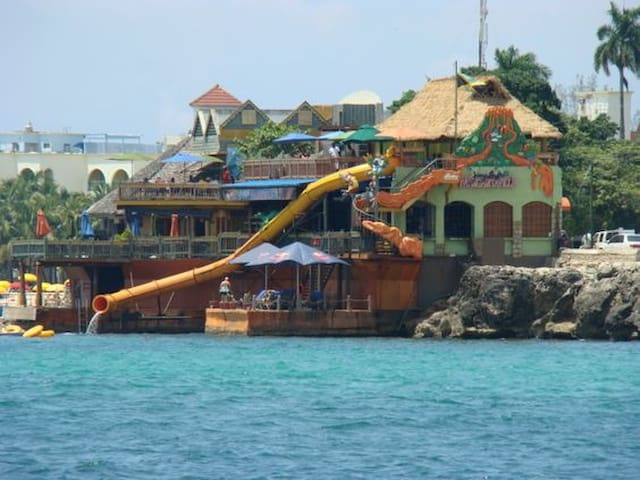 Jamaica Vista Al Mar is located about 15 to 20 minutes from the famous Margaritaville restaurant and nightclub.