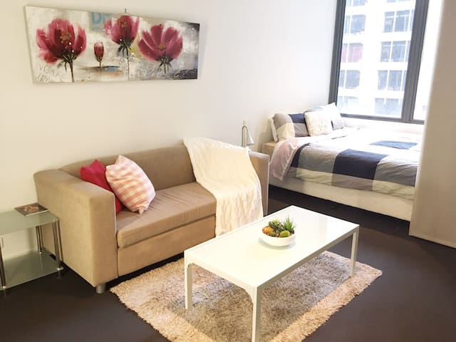 ☼ Simple life studio in Mel CBD ☼