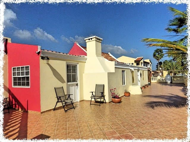 Tranquil 2 Bedroom Apartment Minutes to Palm Beach