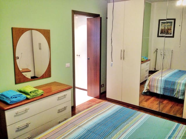 Close to bus 50, spacy, wifi, parking, friends ... - Milano - Apartment