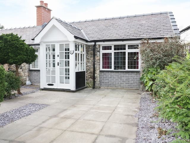 1 NEW INN TERRACE, pet friendly, with a garden in Dyserth, Ref 973415