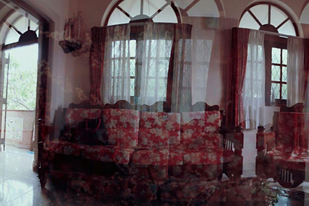 客厅为古堡风格,四周环绕露台。露台很大,可供8人同时烧烤。
