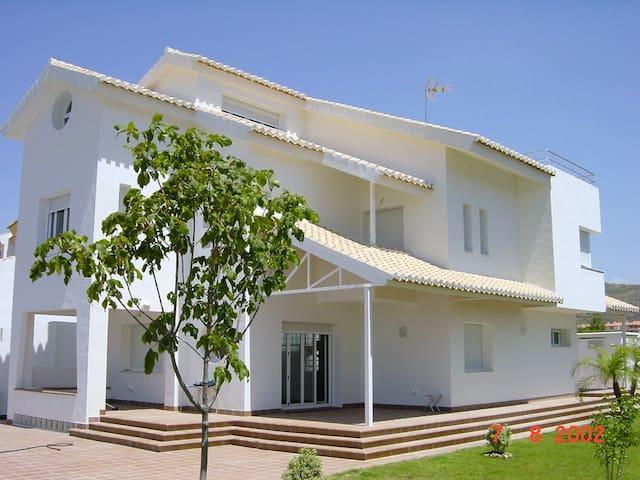 Habitación en chalet de lujo a 4 Km. de Granada.