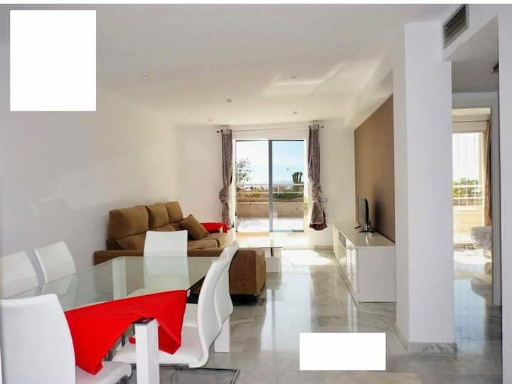 3 bedrooms, swimming pool, parking and sea view!