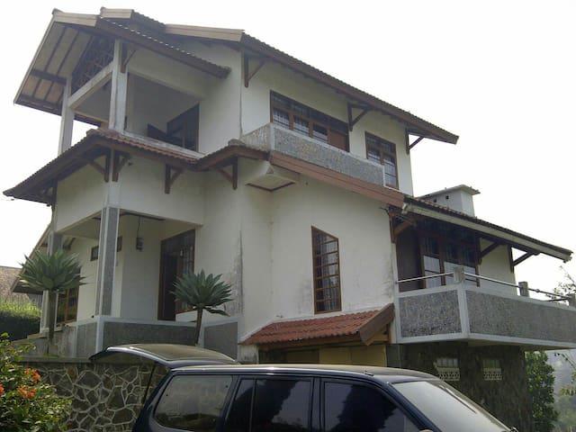 Cozy 3BR villa in lembang area - lembang - Casa