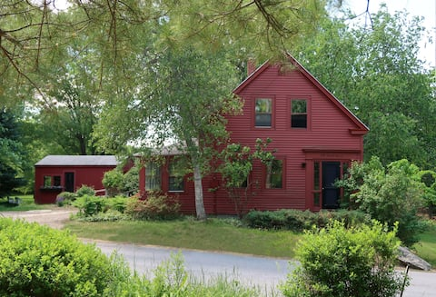 Little Red Farmhouse- elegant, 3BR country house
