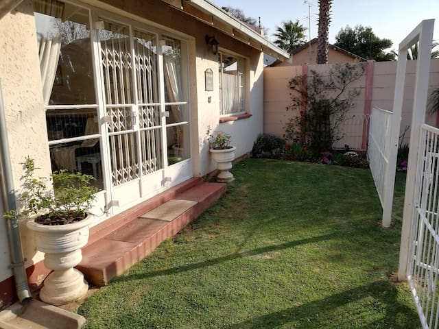 Spacious Cottage Close to OR Tambo Airport