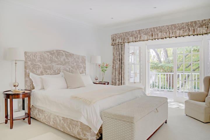 Manor House, Bedroom 1, ensuite