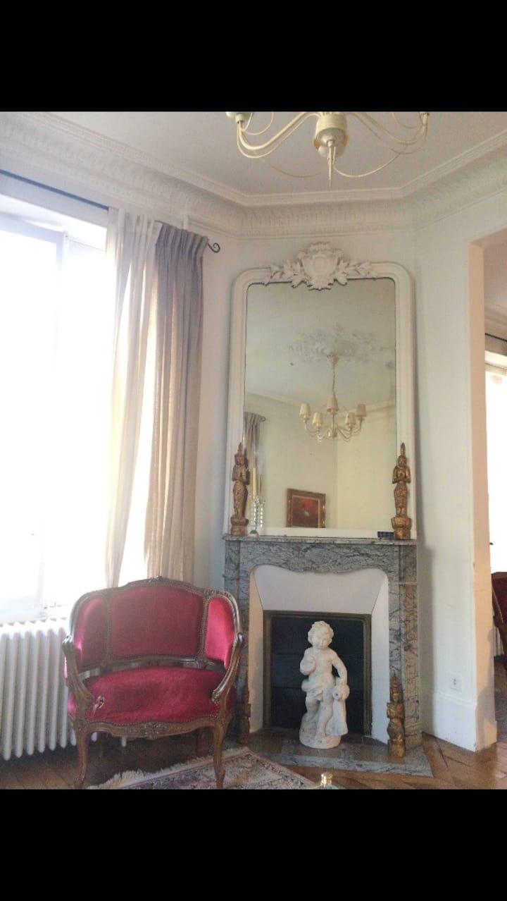 Dernier étage d' une belle demeure bourgeoise.