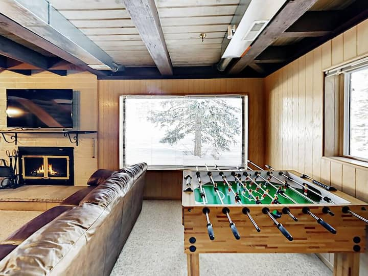 Mountain Magic Retreat: ski-in/out private hot tub