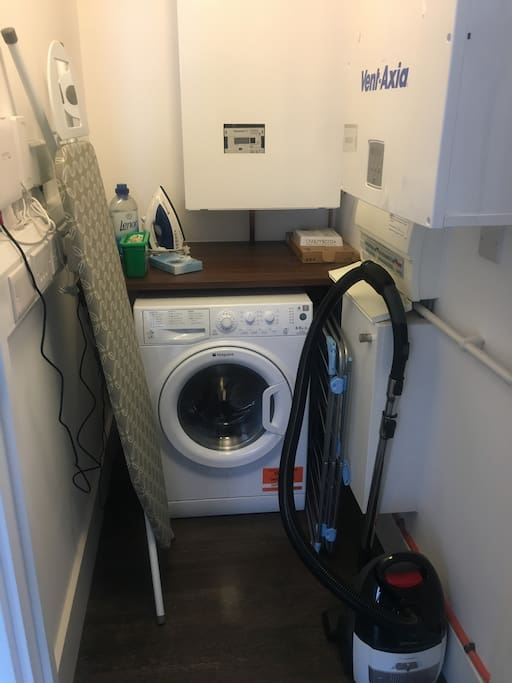 Well equipped utility room (washing machine/dryer)