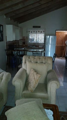 Posh 1-Bedroom House, A/C, Hot Water and Security - Montego Bay - Hus
