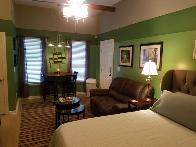 Private Green Suite! Wet Bar,King,Bath,5 mins DT!