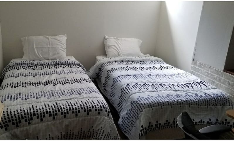 Trades/Students: Master bedroom in cozy townhome