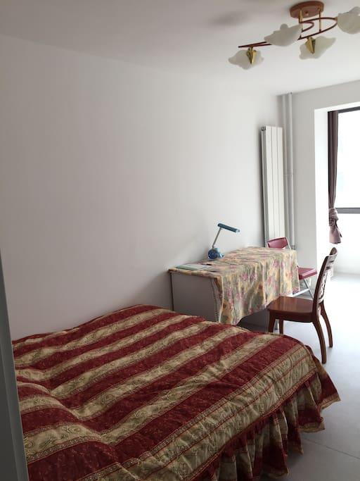 有床,桌椅,还有阳台